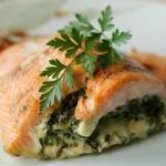 Przepis na łososia faszerowanego szpinakiem i fetą