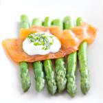Zielone szparagi z wędzonym łososiem w jogurtowym sosie