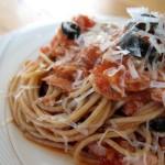 Pasta z tuńczykiem w sosie pomidorowym
