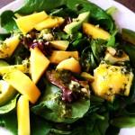 Sałatka z owocami mango i awokado