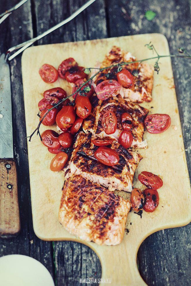 grilowany łosoś z pomidorkami i czerwoną papryką