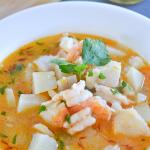 Zupa z białej rybki, krewetek z czosnkiem, ziemniakami i pomidorkami