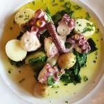 Sałatka z oliwkami, ziemniakami i ośmiornicą