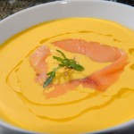 Zupa dyniowa z wędzonym łososiem