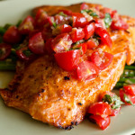 Zapiekany łosoś z pomidorową salsą