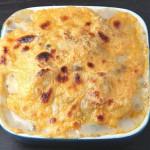Sola w pomidorach, cebuli pod kołderką żółtego sera