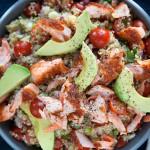 Sałatka z łososiem, awokado i pomidorkami cherry