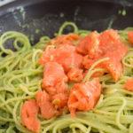 Wędzony łosoś, szparagi, czosnek i parmezan