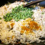 Ryż z kurkumą, curry, groszkiem w towarzystwie łososia