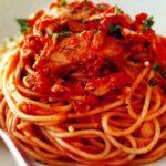 Spaghetti z tuńczykiem w sosie pomidorowym