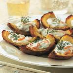 Zapiekane ziemniaki z wędzonym łososiem, serkiem śmietankowym i koperkiem