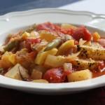 Warzywne leczo z ziemniakami, czerwoną papryką i czubrycą