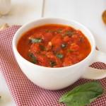 Mięsiste pomidory z czubrycą, czosnkiem i świeżą bazylią