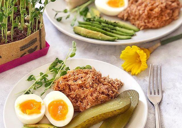 Tuńczyk z jajkiem, ogórkiem