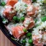 Risotto z łososiem, zielonym groszkiem i parmezanem