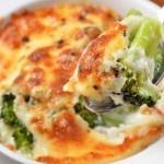 Zapiekanka rybna z brokułami, ryżem i sosem pomidorowo musztardowym