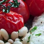 Dorsz z pieczarkami, fasolą i pomidorkami