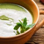 Zupa z czosnku, szpinaku z wędzonym łososiem i chrupiącymi grzankami