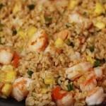 Brązowy ryż z krewetkami, czosnkiem i szalotką