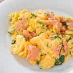 Pyszna jajecznica z łososiem i kurkami