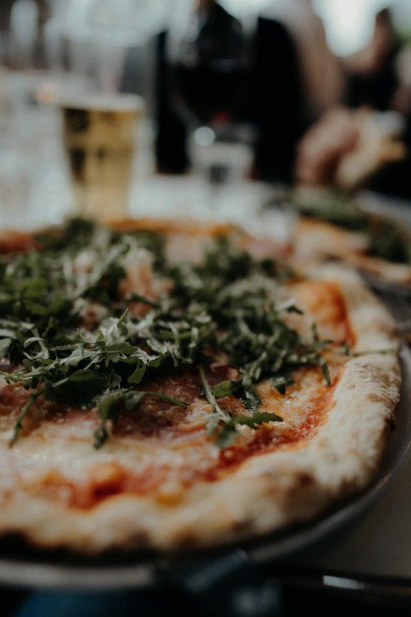 pizza posypana rukolą
