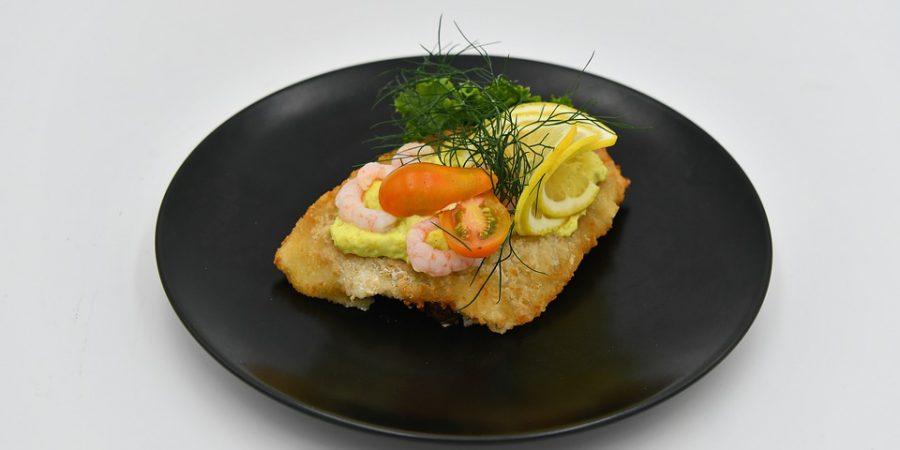 ryba w cieście francuskim podana na talerzu