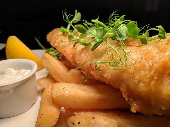 ryba z frytkami i sosem