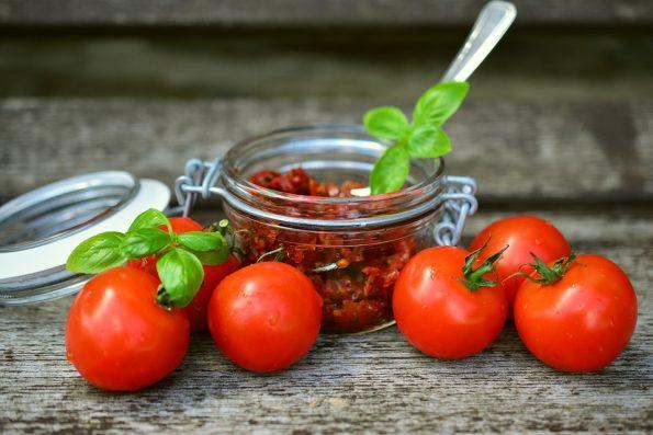 suszone pomidory w słoiku